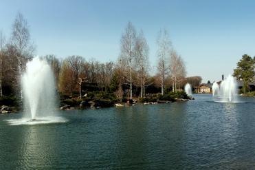 Sztuczne jezioro na terenie kompleksu