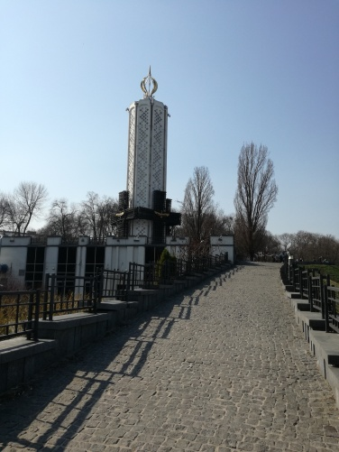 Alejka prowadząca do pomnika