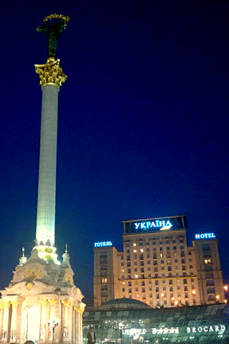 Pomnik bóstwa Berehynii z hotelem Ukraina w tle