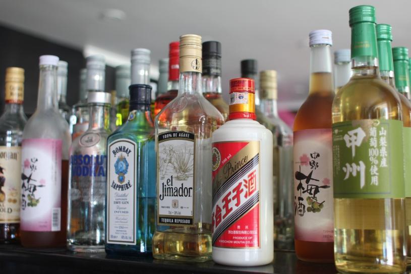 cocktail-bar-sake-gin-bottles-bombay-1418349-pxhere.com.jpg