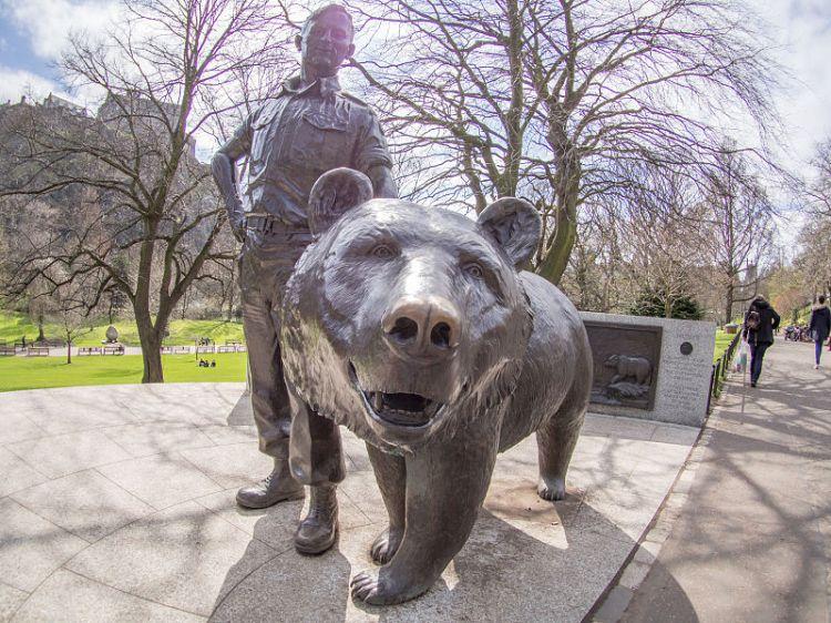 Wojtek_(bear)_statue_in_Princes_Street_Gardens