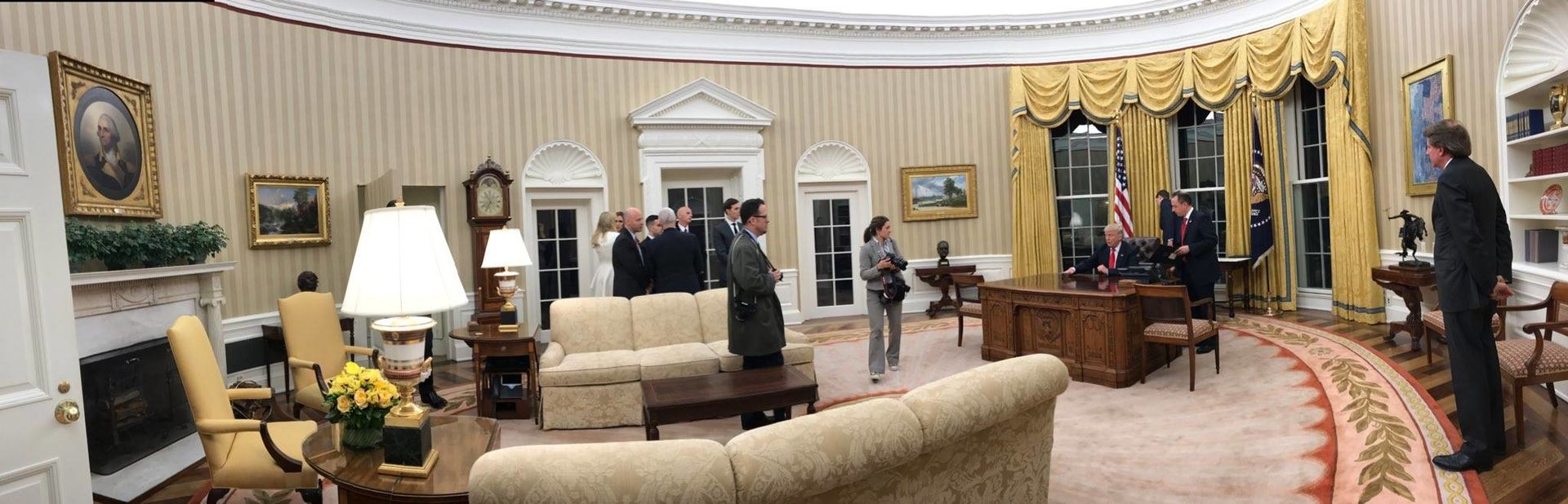 Trump_Oval_Office_panorama