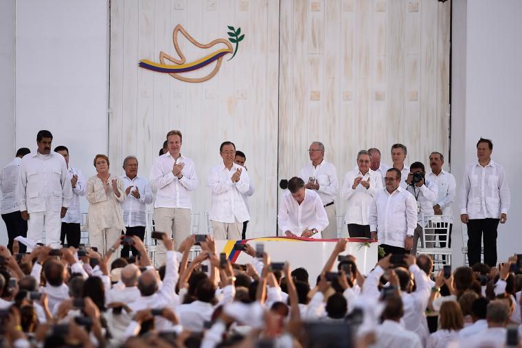 Jefa_de_Estado_participa_en_ceremonia_de_la_Firma_de_la_Paz_entre_el_Gobierno_de_Colombia_y_las_FARC_E.P._(29953487045)